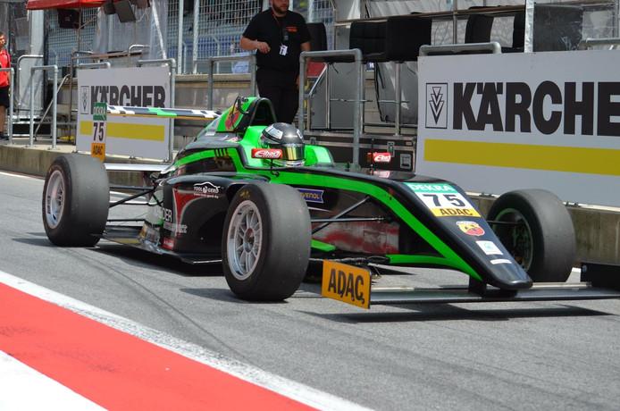 Janneau Esmeijer in zijn formule 4-bolide.