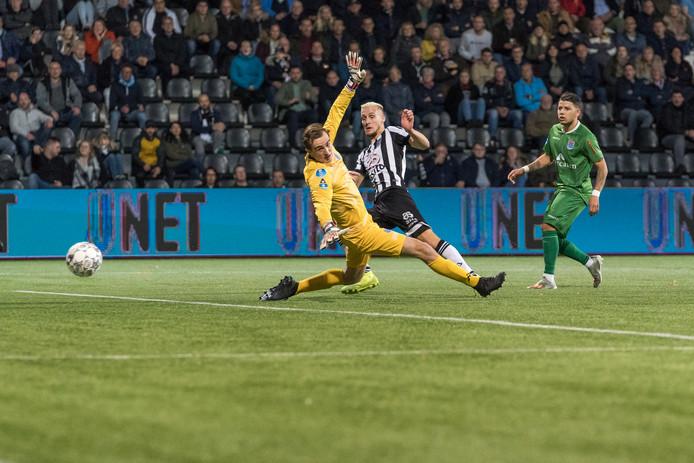 Heraclied Silvester van der Water schiet de 2-0 binnen tegen PEC Zwolle, dat ook nog een derde treffer incasseert en bij de provinciegenoot vrij kansloos onderuit gaat.