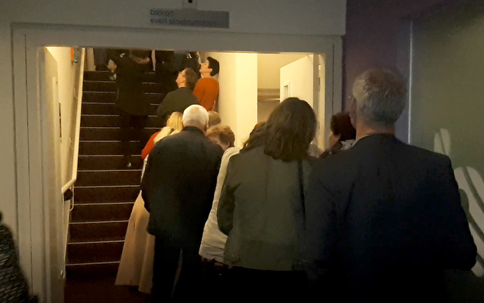 Wachtrij om eigen schilderijtje te zoeken in '750 Roosendalers in kleur'