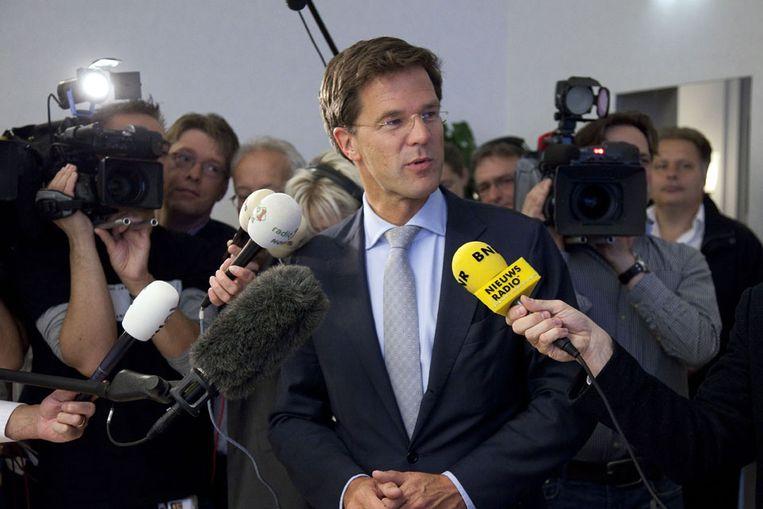 Rutte wordt belaagd door de pers. (ANP) Beeld
