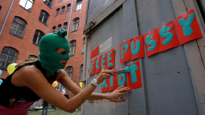 Russische vrouw komt in actie voor band Pussy Riot