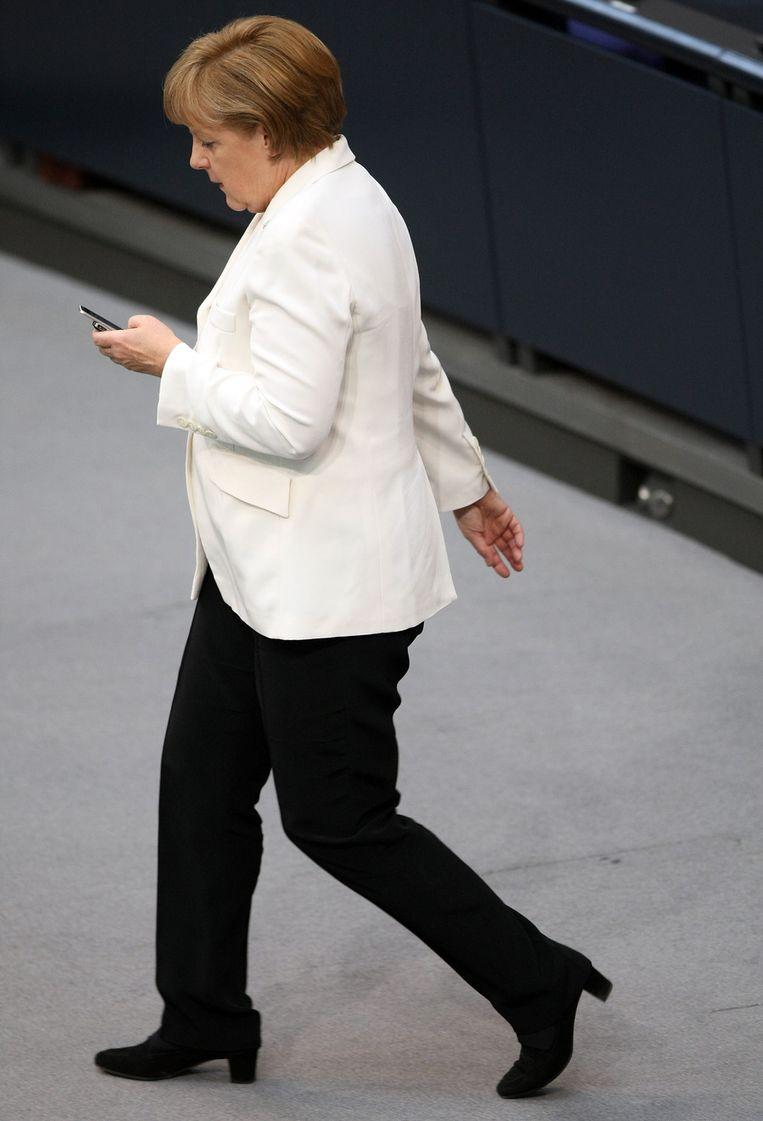 Angela Merkel met haar telefoon op een foto uit 2012. Beeld afp