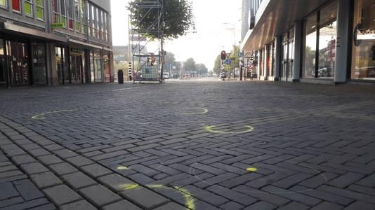 Gele markeringen in de Hamburgerstraat na het schietincident in Doetinchem.