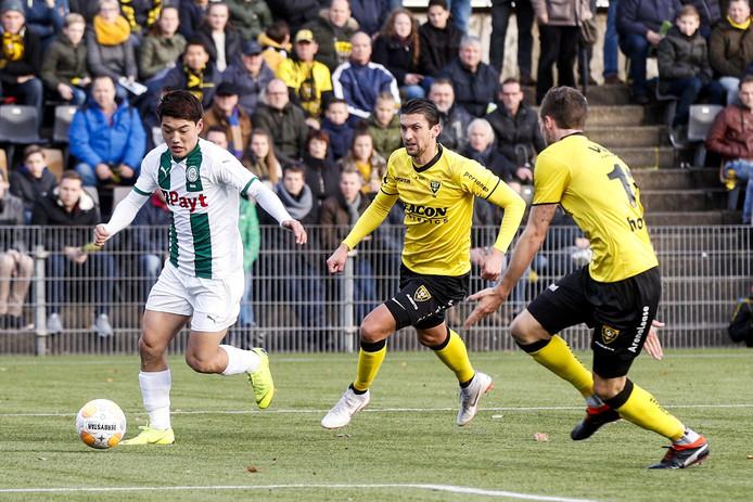 Ritsu Doan houdt twee spelers van VVV bezig.