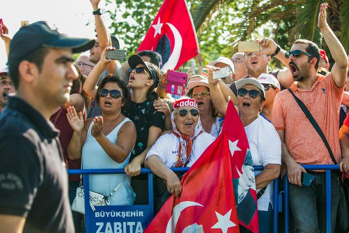 Aanhangers van de Turkse oppositiepartij CHP demonstreren tijdens het protest in Istanboel.