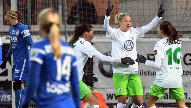 Wullaert (met nummer 1) feliciteert Jakabfi met haar doelpunt.