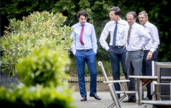 Klaver, Rutte, Pechtold en Buma tijdens een onderonsje in de tuin van het Catshuis.