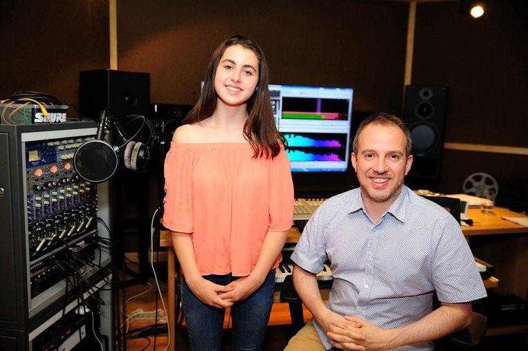 Nina met producer Christophe Severs in zijn studio, waar ze ook haar single ingezongen heeft (inzet).