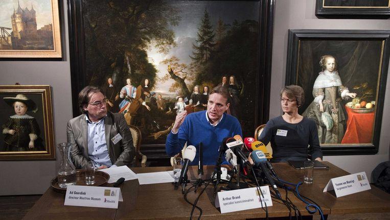 Arthur Brand (midden) tijdens een persconferentie in het Westfries Museum. Beeld epa