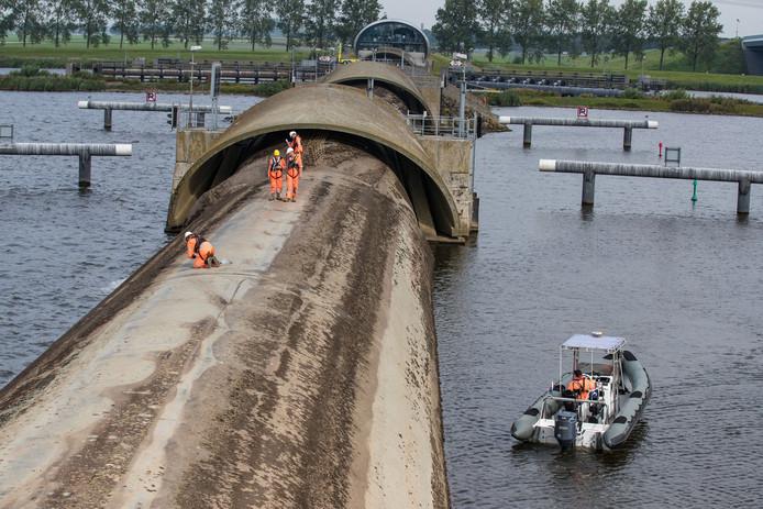 Jaarlijkse onderhoudsbeurt door Rijkswaterstaat van de Balgstuw in het Ramsdiep tussen Kampen en Ens