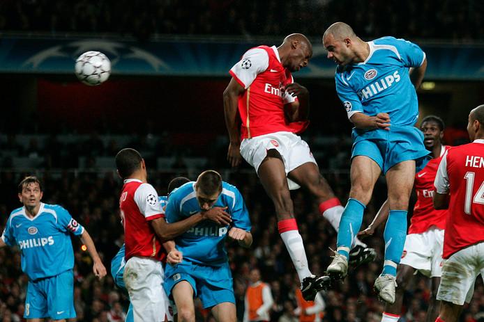 Alex torent boven iedereen uit en kopt de 1-1 binnen: PSV gaat naar de kwartfinale, Arsenal ligt eruit.
