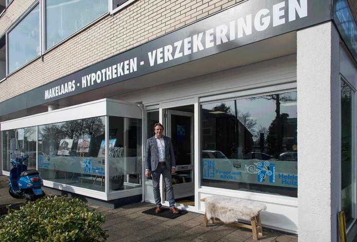 Willem Westerweel voor het kantoor van Finfit