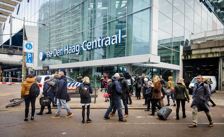 Reizigers voor het ontruimde Den Haag Centraal Beeld anp