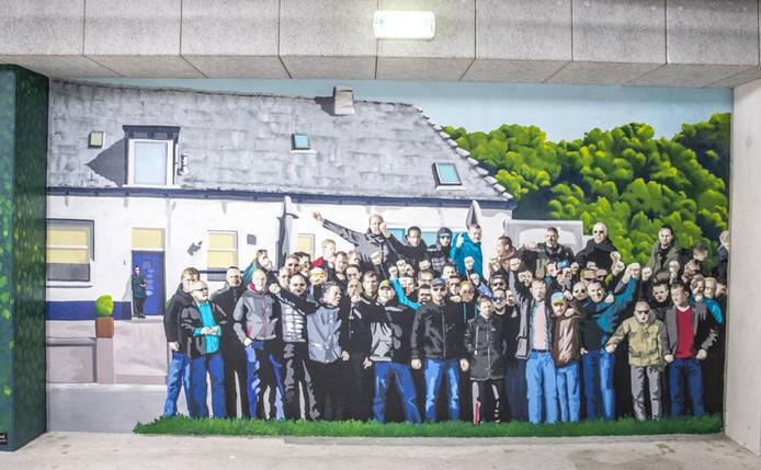 De muurschildering van De Vrolijkheid in het stadion van PECZwolle, met links, inde deuropening Ria Dijk. Foto Frans Paalman