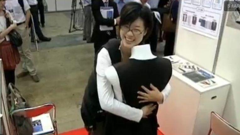 Bezoeker van de Japanse tentoonstelling knuffelt zichzelf. ©Reuters Beeld