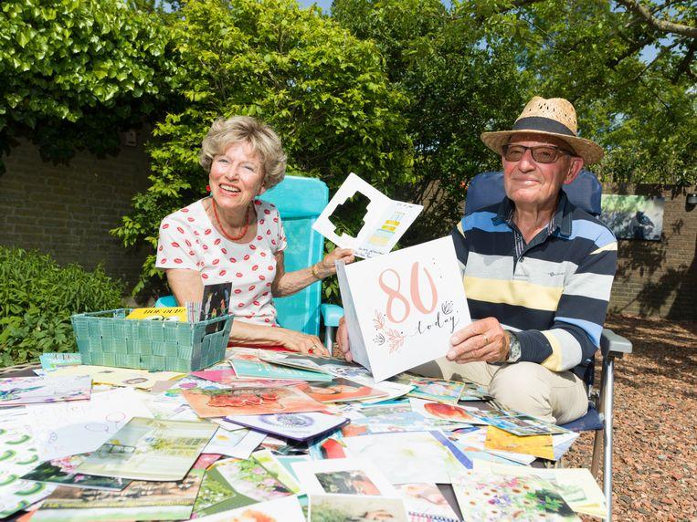 Els van Roessel en Nico Beemsterboer in hun tuin in Almere. Beeld Ivo van der Bent