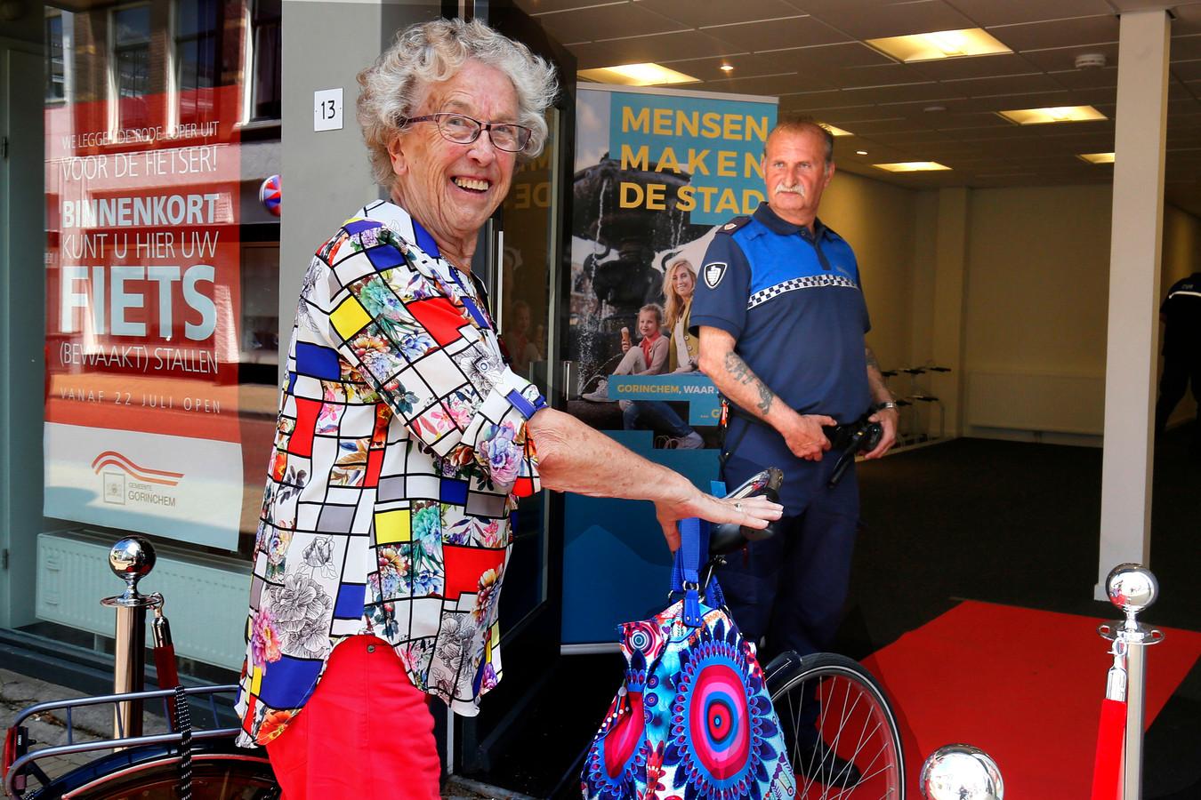 Jo Vierkant is in juli 2019 een van de eerste Gorcumers die haar fiets stalt in de nieuwe bewaakte fietsenstalling.