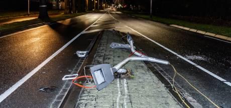 Bestuurder kruipt met alcohol achter het stuur en rijdt lichtmast uit de grond in Tilburg