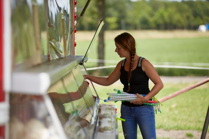 Steffie Rutten vult op het terrein in Laren de snoepkraam bij voor een kinderfeestje. Met dit soort activiteiten probeert het circus wat bij te verdienen.