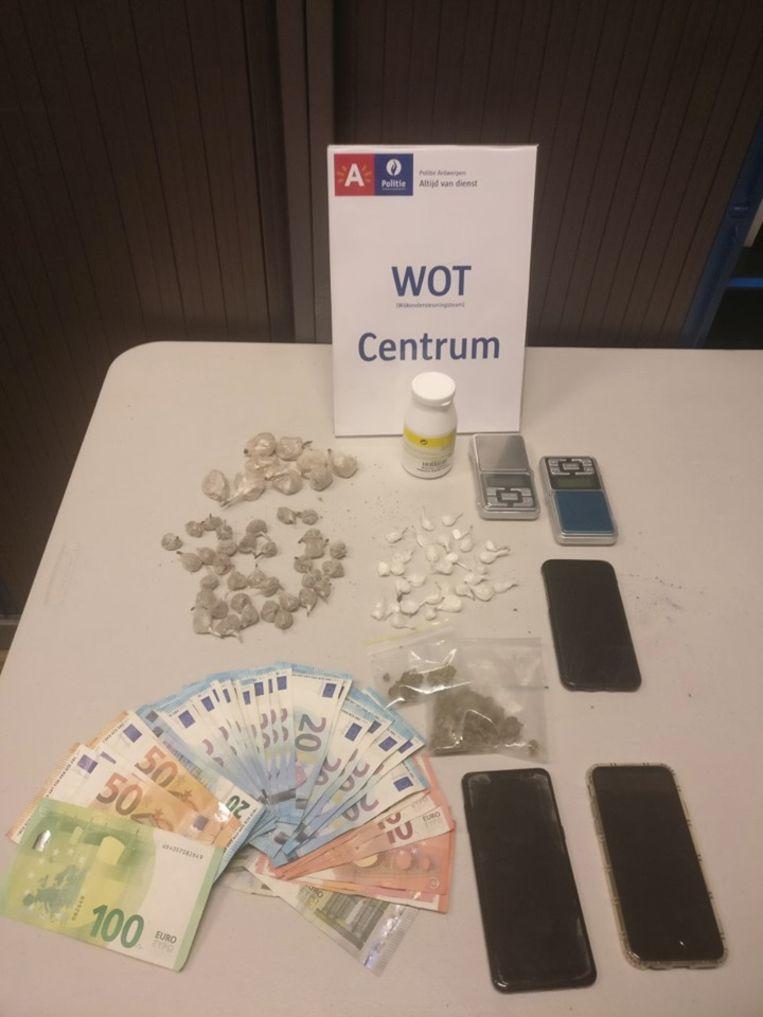 De in beslag genomen drugs, cash geld en mobiele telefoons.
