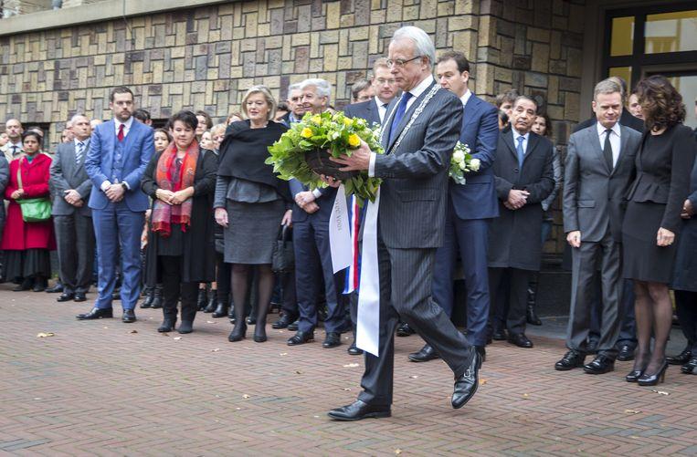 Burgemeester van Den Haag Jozias van Aartsen legt bloemen bij de ambassade van Frankrijk in Den Haag. Beeld anp