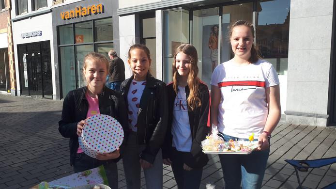 Demi, Faye, Guusje en Floortje doen hun best om paaslekkernijen te verkopen voor het goede doel.
