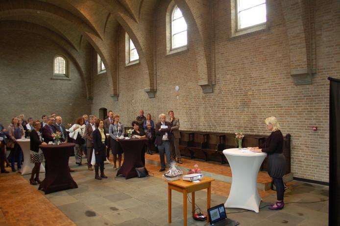 In de kapelruimte van Kloosterhuis 't Zicht in Oss krijgt staatssecretaris Dijksma uitleg over het samengaan van natuur en zorg in De Maashorst.
