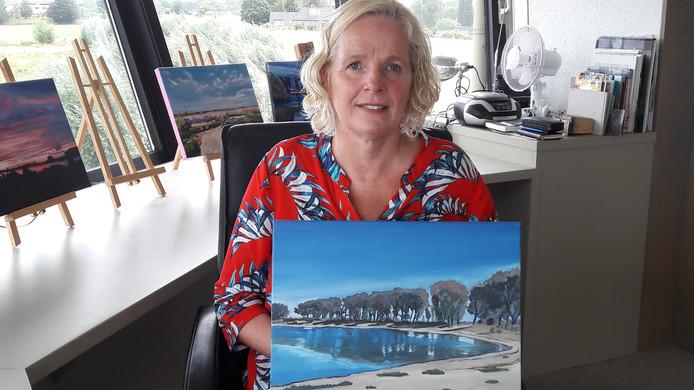 Doro Krol met een deze week gemaakt schilderij in de Telpost Millingen.
