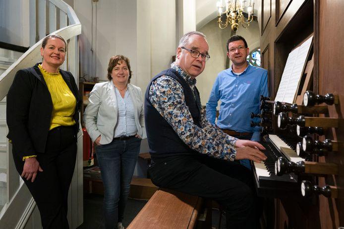 Van links naar rechts: Christel Heijmans,Astrid Gradussen, organist Guus Mulder en Jaap Claerhoudt.