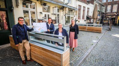 Geen bloembakken en luifels meer op terrassen van Vismarkt en Huidevettersplein, wel grote parasols en verwarmers