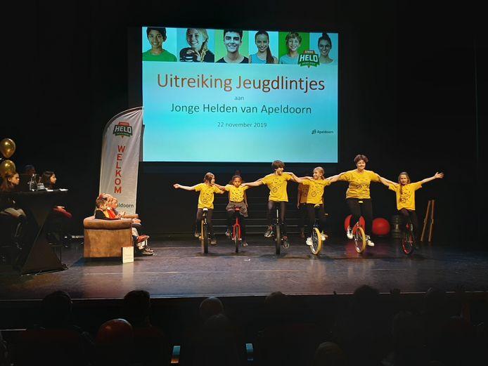 De leden van Circus Apeldoorn luisterden de uitreiking op met diverse acts