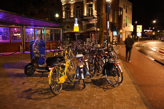 De fietsen staan door elkaar op de stoep.