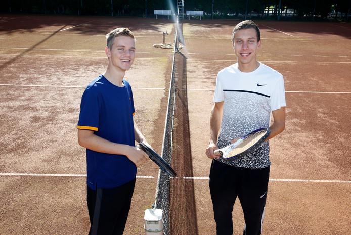 Gijs (links) en Bram Donze speelden afgelopen seizoen met én tegen elkaar.