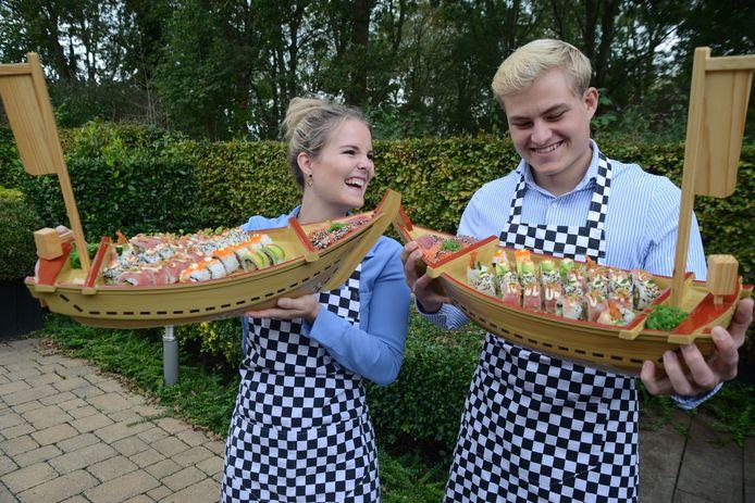 Bruinisse Louise  en Thomas Hagendijk bieden sushi ook in een houten partyboot aan.
