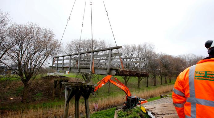 De oude fietsbrug werd in maart verwijderd omdat er instortingsgevaar was.