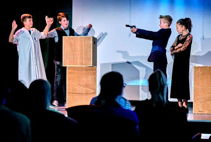 Groep 8 van SOL Admiraal repeteert in het eigen theater voor de musical Jamie Blond, met rechts in beeld hoofdrolspelers Rick en Chelsey.