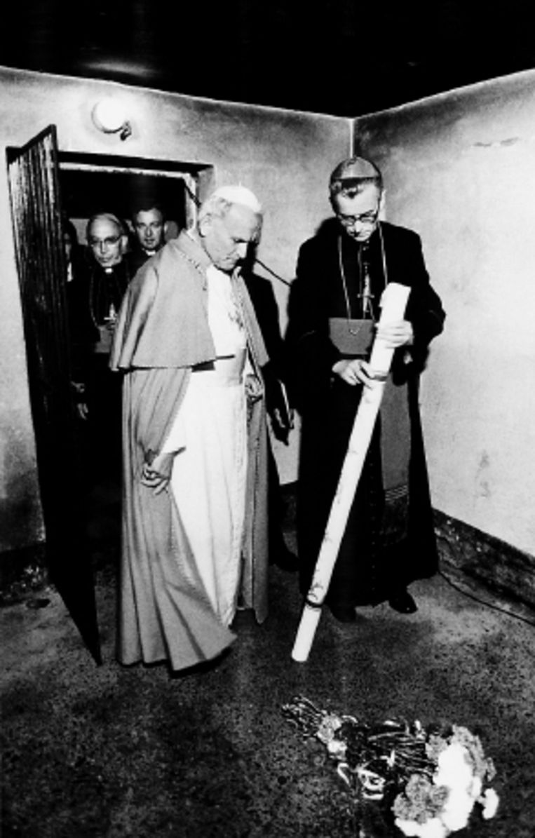 Als paus terug in Polen in 1979 bezocht Wojtyla ook Auschwitz. ( FOTO AFP) Beeld AFP