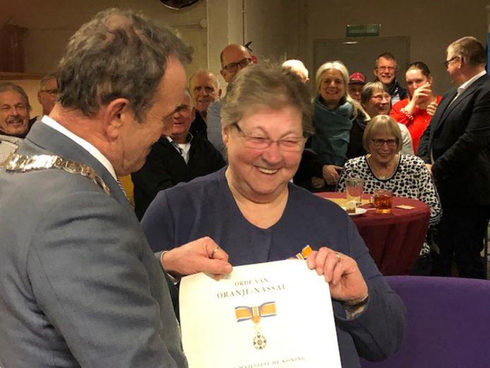 Addy Damen ontving in januari nog een koninklijke onderscheiding voor haar vrijwilligerswerk uit handen van burgemeester Nol Kleijngeld.