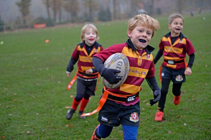 Bondsdag bij Enschedese Rugbyclub waar de jonge spelertjes de beginselen van het rugby wordt aangeleerd met alle vormen van respect naar tegenstanders en scheidsrechters.