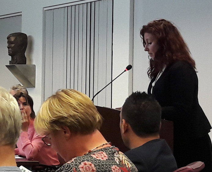Wethouder Renate Richters spreekt de gemeenteraad toe.