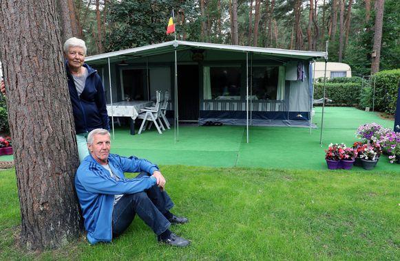 André en May bij hun caravan op de Lilse Bergen