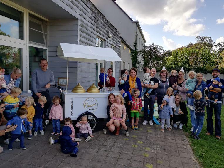 De kinderen en hun ouders werden getrakteerd op een ijsje.