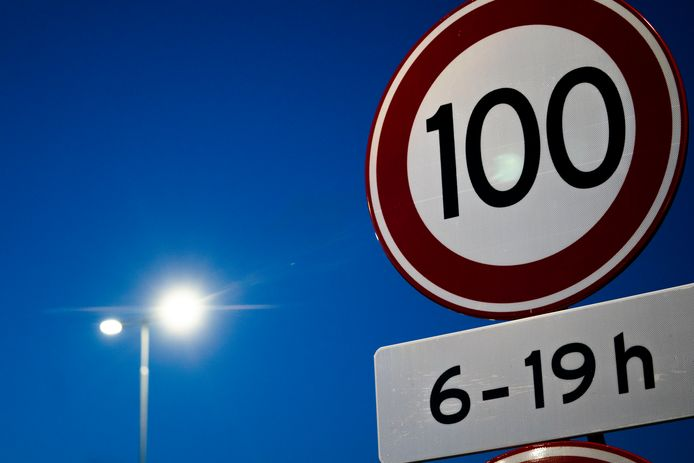 Een 100 kilometer bord, foto ter illustratie