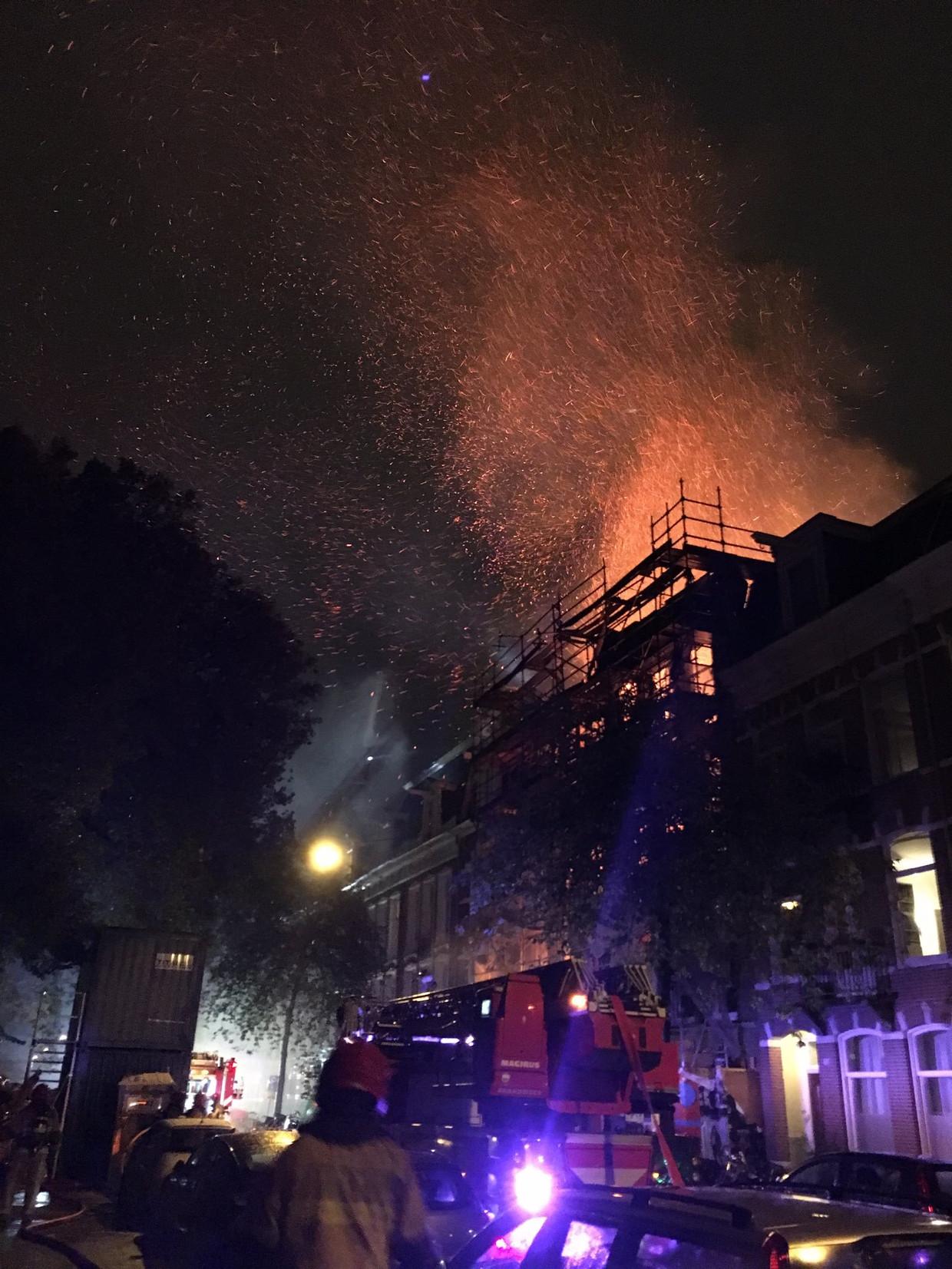 De brand veroorzaakte veel vonken.