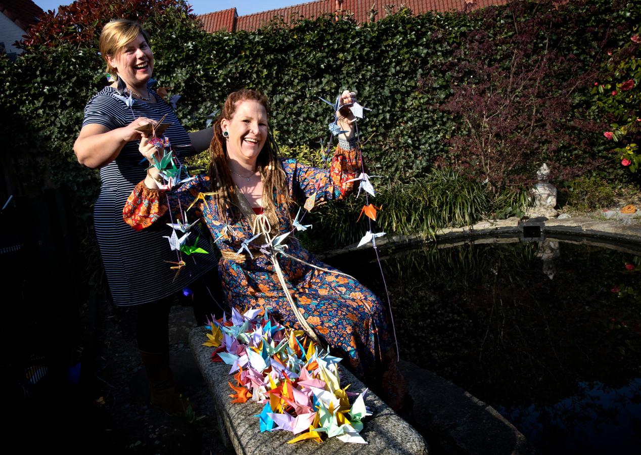 Aukje van Gijssel  (r) en Claudia van den Camp (l) vouwen kraanvogels om de afdelingen met coronapatiënten op te vrolijken én geluk te brengen.