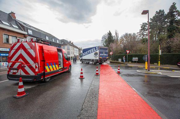 De vrachtwagen staat nog op de plek van het ongeval.