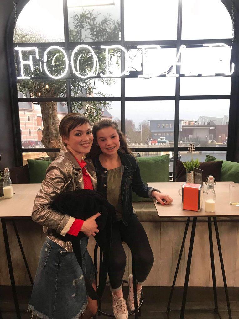 Kythana D'haeze naast actrice Erika Van Tielen in de Foodbar.