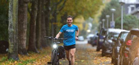 Maarten (30) traint voor de marathon en rent met fiets aan de hand naar werk