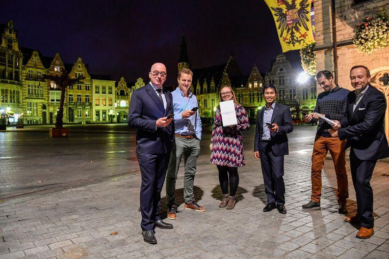 Burgemeester Piet Buyse (links) probeert het internet aan het stadhuis uit.