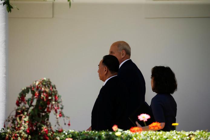 De Noord-Koreaanse gezant Kim Yong-chol samen met stafchef John Kelly in het Witte Huis